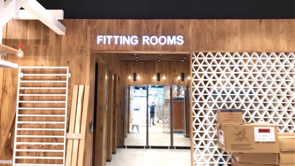אותיות מוארות FITTING ROOMS